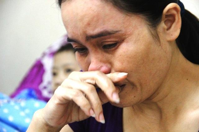 Chị Thi khóc nức nở khi kể về bệnh tật của con