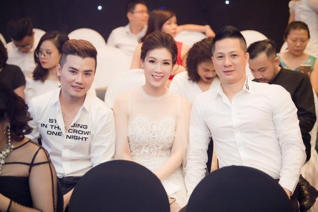 Hoa hậu Áo dài 2018 Phí Thuỳ Linh cùng ông xã (ngoài cùng bên phải).