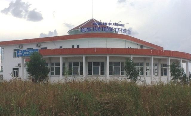 Xung quanh Trung tâm Thông tin và Thư Viện trường ĐH Kiên Giang cỏ mọc như thế này (ảnh chụp ngày 8/5)