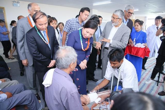 Phu nhân Chủ tịch nước cùng lãnh đạo ban ngành đến thăm quy trình lắp chân giả tại bệnh viện Hữu nghị Lạc Việt