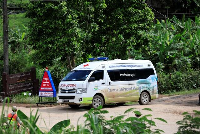 Một xe cứu thương rời hang Tham Luang (Ảnh: Reuters)