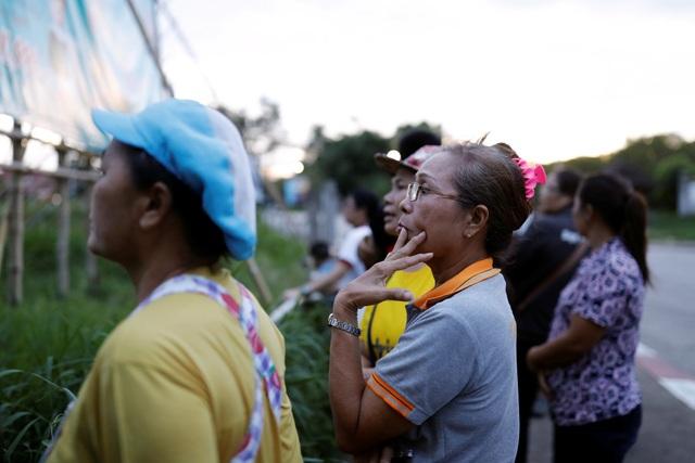 Người Thái dõi theo và vui mừng khi các cầu thủ nhí được giải cứu (Ảnh: Reuters)