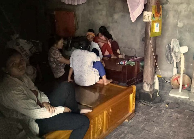 Người thân của gia đình anh Đạt không thể chịu nổi nỗi đau quá lớn.