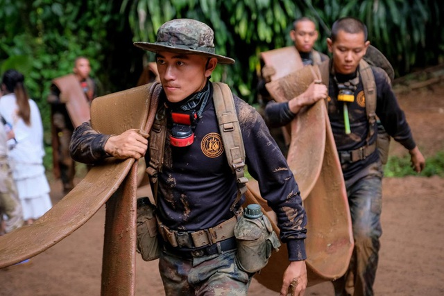Sau khi tìm thấy đội bóng, một nhóm gồm đặc nhiệm SEAL và bác sĩ đã ở lại trong hang cùng các em, trong khi bên ngoài đội cứu hộ gấp rút chuẩn bị các phương án giải cứu an toàn và khả thi nhất. (Ảnh: Reuters)