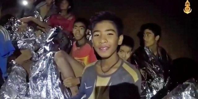 8 em nhỏ thuộc thành viên của đội bóng đã được giải cứu, vẫn còn 5 em bị mắc kẹt bên trong hang động.