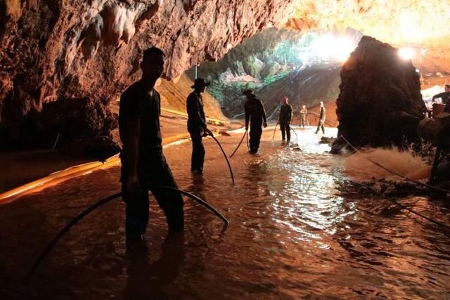 Mưa lớn có thể khiến mực nước trong hang dâng cao, gây khó khăn cho hoạt động cứu hộ.
