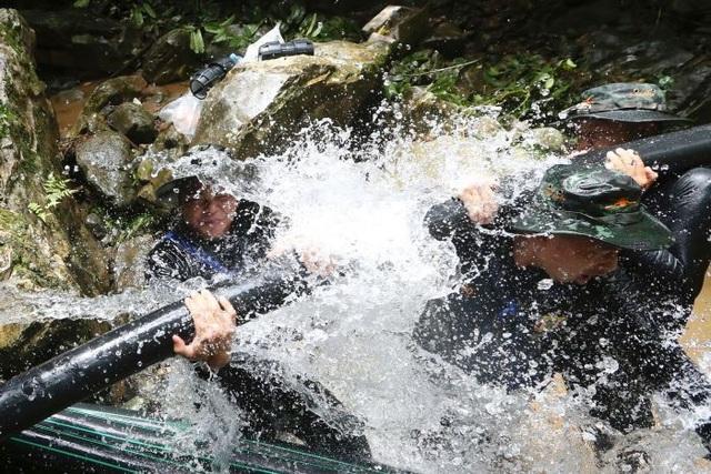 Chiến dịch được triển khai đồng thời theo 3 mũi giáp công: vừa bơi lặn vào trong hang ngập nước, vừa tìm kiếm lối vào thay thế và tích cực bơm nước khỏi hang với hy vọng các cầu thủ có thể đi bộ ra ngoài. (Ảnh: Nation)