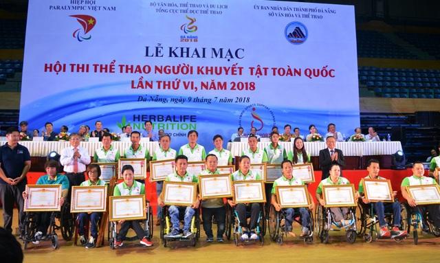 Ban tổ chức trao Huân Chương Lao động và Bằng khen của Thủ tướng Chính phủ tặng các huấn luyện viên, vận động viên