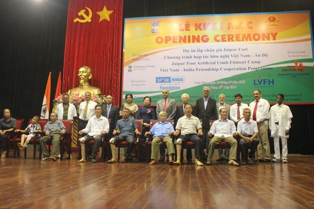 Bà Nguyễn Thị Hiền và Đại sứ Harish chụp ảnh cùng đại diện những người khuyết tật được hỗ trợ lắp chân giả trong khuôn khổ dự án của Ấn Độ. (Ảnh: Thành Đạt)