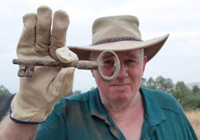Nhà khảo cổ học phát hiện một chiếc chìa khóa tại thành phố kinh thánh Zer - Ảnh của Hanan Shapir.