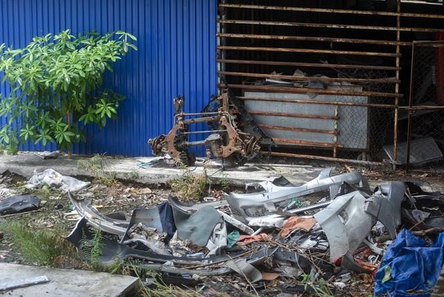 Bên trong khu đất hiện chứa nhiều phế liệu ô tô.