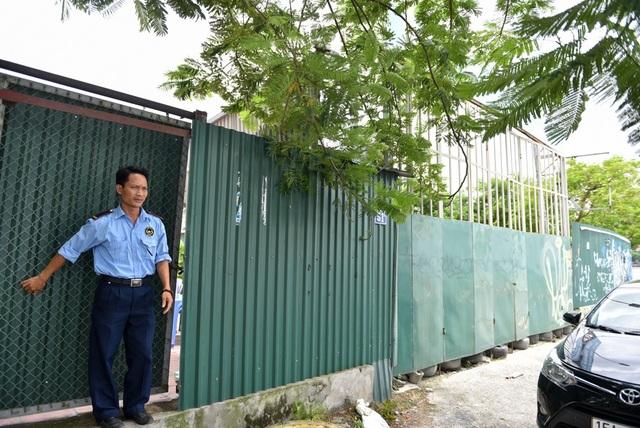 Khu đất có tường gạch và rào tôn quây xung quanh, hiện vẫn có bảo vệ trông coi.