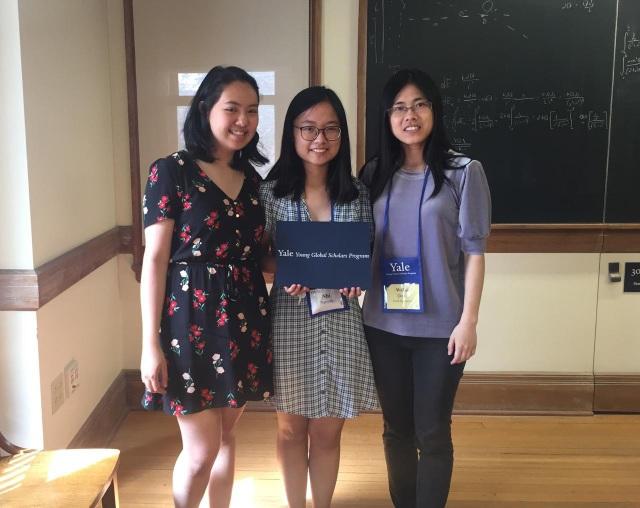 """Nguyễn Nga Nhi (giữa) xuất sắc giành 1 trong 18 học bổng toàn phần Yale-Qooco để tham dự chương trình Học giả Trẻ Toàn cầu Yale 2018.  Chương trình """"Học giả Trẻ Toàn cầu Yale"""" (Yale Young Global Scholars) là chương trình đào tạo khoa học và lãnh đạo mùa hè thu hút các học sinh THPT xuất sắc trên khắp thế giới. Trên tổng số hơn 5.500 ứng viên, chương trình năm nay đã tuyển chọn 1.768 học sinh đến từ 50 bang của Mỹ và 126 quốc gia trên thế giới."""