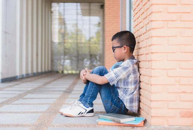 Áp lực từ nhiều phía khiến con trẻ chán nản, tự ti, thụ động.