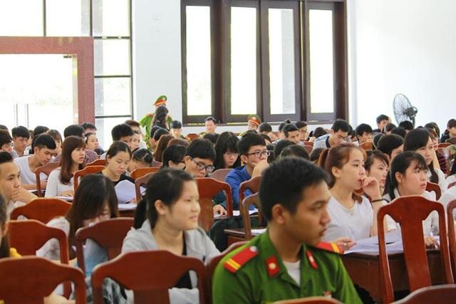 Sinh viên ĐH Luật - Huế tham dự và học hỏi tại một phiên tòa xét xử phúc thẩm - Tòa án nhân dân tỉnh Thừa Thiên Huế.