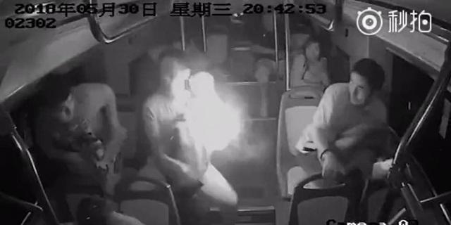 Khoảnh khắc pin sạc dự phòng trong ba lô của hành khách bất ngờ phát nổ và ngọn lửa bùng lên mạnh mẽ