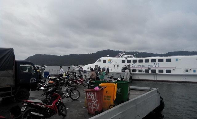 Do thời tiết bất lợi, tất cả các tàu vận chuyển hành khách từ TP Rạch Giá, thị xã Hà Tiên ra đảo Phú Quốc và chiều ngược lại tạm thời ngưng hoạt động