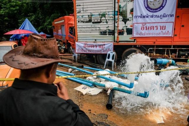 Nước hút từ hang Tham Luang để giải cứu đội bóng khiến một diện tích lớn ruộng đồng bị ngập nước. (Ảnh minh họa: Nation)