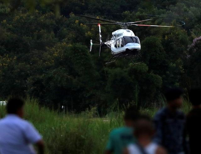 Trực thăng chở cầu thủ nhí hạ cánh xuống một sân bay quân sự tại Chiang Rai ngày 10/7 (Ảnh: Reuters)