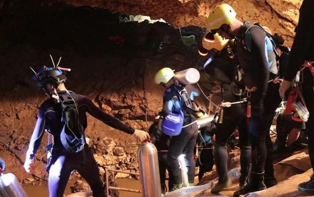 Ngày 8/7, khi các điều kiện được cho là thuận lợi nhất, đội thợ lặn 18 người bắt đầu chiến dịch giải cứu trong hang. (Ảnh: Getty)