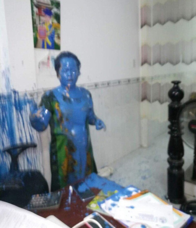 Toàn thân chị Chi bê bết sơn sau khi bị kẻ lạ hất thùng sơn vào người