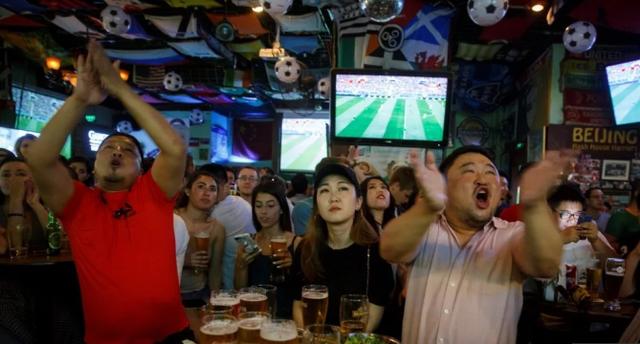 Người hâm mộ bóng đá Trung Quốc thường xuyên được các trang web cá độ ở nước ngoài nhắm đến. (Nguồn: Reuters)