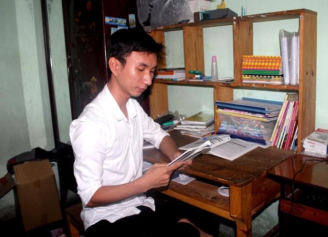 Em Nguyễn Quốc Thạch bên góc học tập của mình