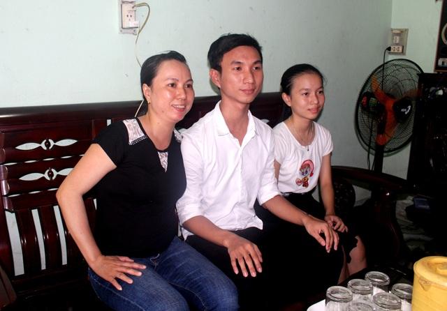 Thạch bên mẹ và em gái.