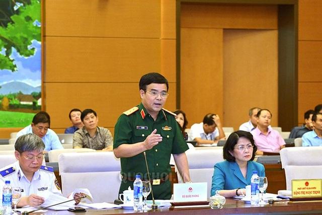 Thượng tướng Lê Chiêm - Thứ trưởng Bộ Quốc phòng báo cáo trước Thường vụ Quốc hội về dự án luật