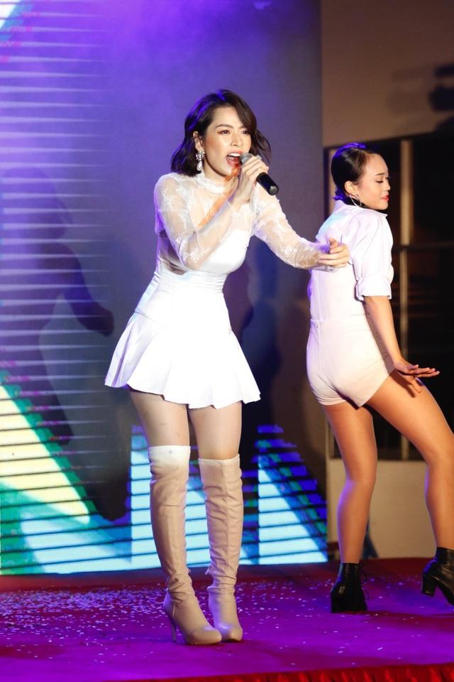 Chi Pu vừa là giám khảo, vừa là khách mời của chương trình
