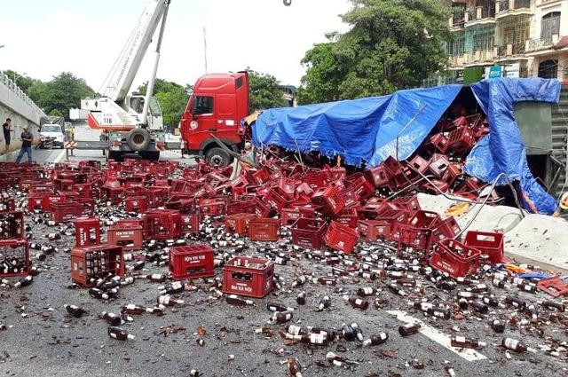 Hàng nghìn chai bia phủ kín mặt đường