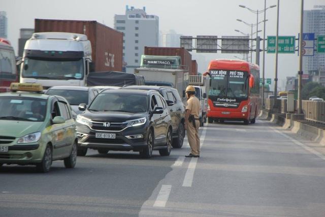 Sáng nay giao thông đoạn qua hiện trường tai nạn ùn tắc.