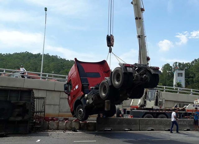 Chiếc xe đầu kéo được cứu hộ khỏi hiện trường
