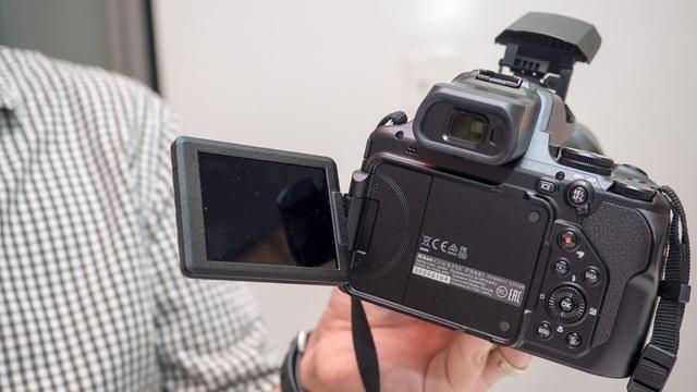 Để giảm thiểu rung ở những khoảng cách cực đoan như vậy, Nikon đã kết hợp công nghệ Dual Detect Optical VR, hứa hẹn năm điểm dừng bù rung máy ảnh. P1000 cũng sử dụng động cơ xử lý EXPEED mới nhất của Nikon