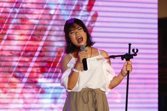Giọng ca dày và nội lực của thí sinh Nguyễn Phương Hoa đã chinh phục khán giả với ca khúc tiếng Anh đầy thử thách Wrecking ball.