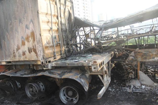 Chiếc xe container cũng bị cháy một phần.
