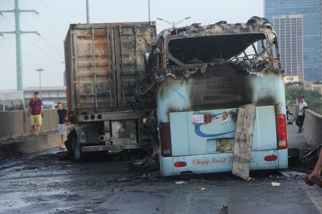 Sau cú va chạm giữa hai xe, cả hai xe đều bị bốc cháy dữ dội.