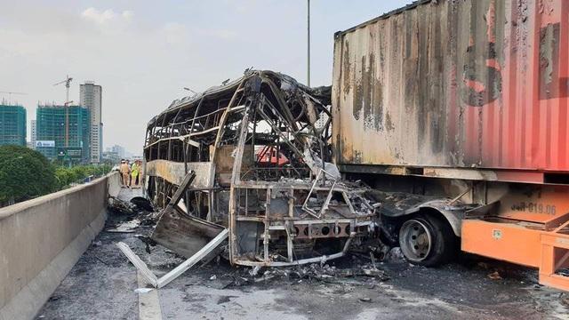 Hiện trường vụ cháy giữa chiếc xe khách giường nằm và xe container trên đường vành đai 3 trên cao.