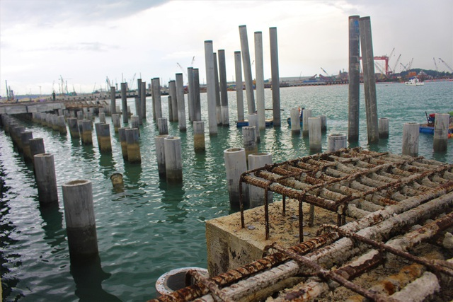 Dự án xây dựng cầu cảng số 4 của Công ty TNHH MTV Hào Hưng Quảng Ngãi đã bị đình trệ gần 1 năm khiến vật liệu bị rỉ sét. (Ảnh: Hồng Vân)