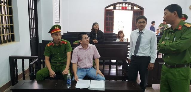 Ông Trần Minh Lợi trao đổi với luật sư của mình