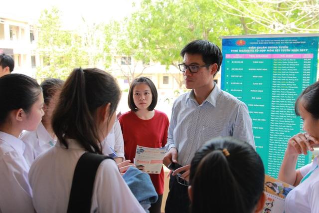 Thí sinh tìm hiểu thông tin tuyển sinh của Trường ĐH Khoa học xã hội & Nhân văn TPHCM