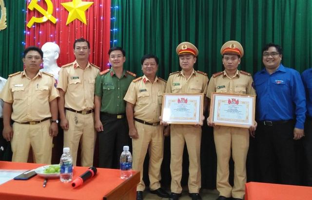 Thượng úy Vũ Đình Nam và Trung úy Đoàn Tấn Phú nhận Bằng khen của Thành đoàn TPHCM