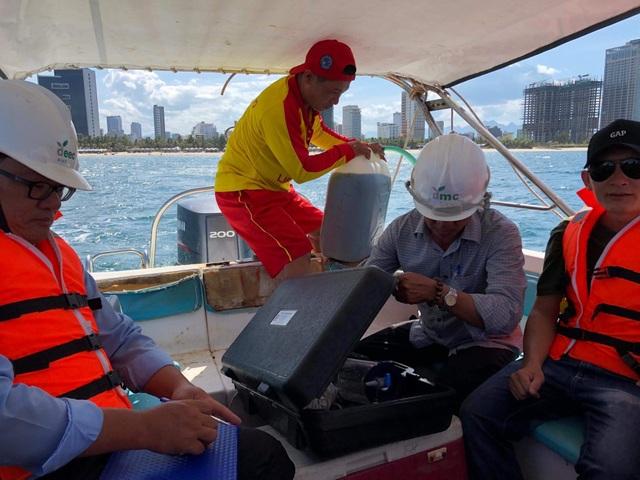 Sở TN - MT phối hợp BQL Bán đảo Sơn Trà và các bãi biển du lịch Đà Nẵng lấy mẫu nước biển để quan trắc liên tiếp từ ngày 4/7-7/7 sau khi tiếp nhận phản ánh của người dân về tình trạng bị ngứa và nổi mẩn đỏ sau khi tắm biển.