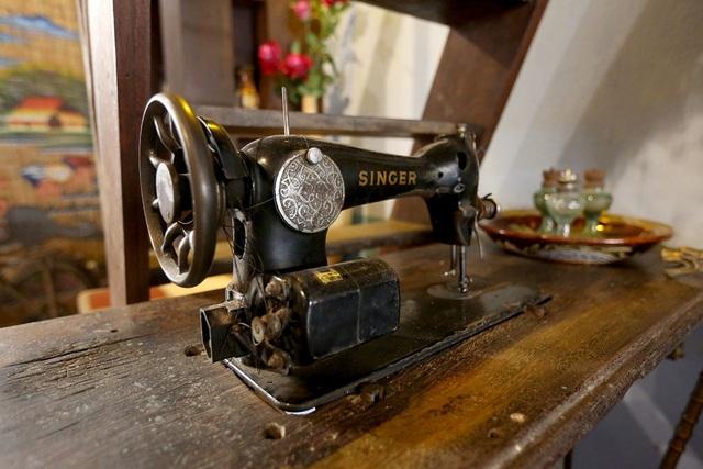 Chiếc máy may có tuổi đời hơn 50 năm.