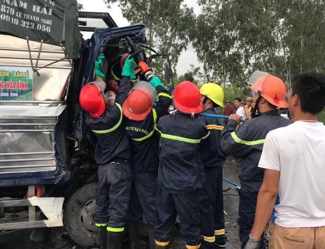Lực lượng cứu hộ cố gắng đưa tài xế mắc kẹt trong cabin ra ngoài.