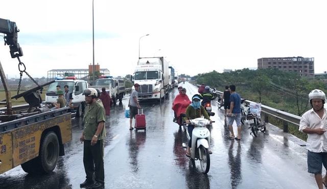 Vụ tai nạn nghiêm trọng cộng với cơn mưa khiến giao thông qua khu vực khó khăn.