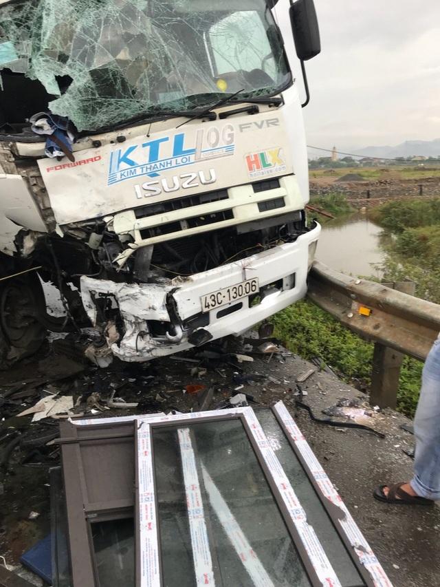 Cả 3 chiếc xe cùng bị hư hỏng nặng sau vụ tai nạn.