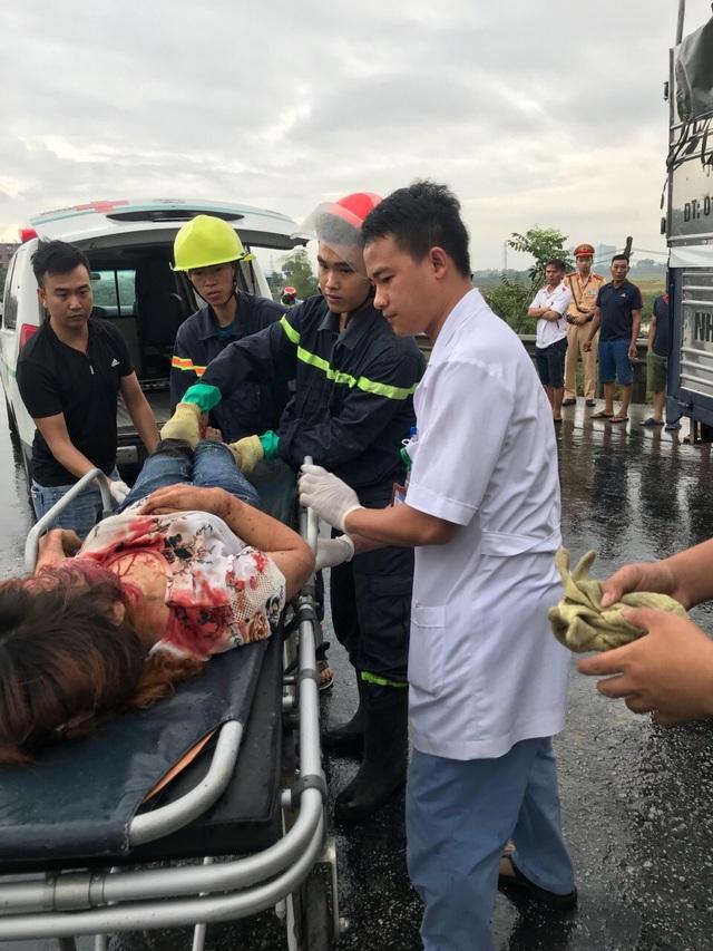 Một người phụ nữ bị thương.
