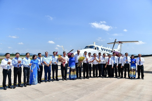 Lãnh đạo tỉnh Quảng Ninh tặng hoa phi công hoàn thành chuyến bay