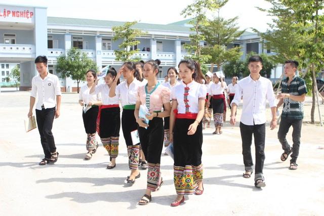 Lớp 12C1, Trường Dân tộc nội trú THPT số 2 tỉnh Nghệ An có 22/27 thí sinh đạt điểm 8 trở lên môn Ngữ văn